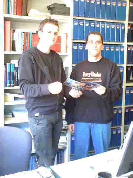 O editor-chefe da edição alemã e o editor-assistente da edição brasileira