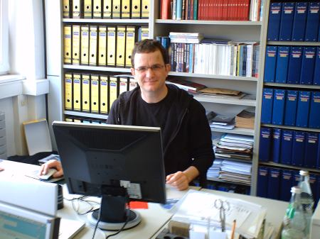 Klaus Frick em sua mesa de trabalho